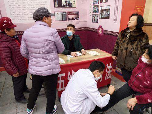 中医五绝指针疗法义诊现场气氛热烈