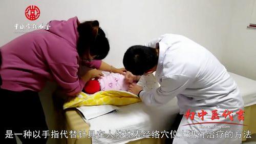 五绝指针技术,是一种以手指代替针具在人体体表经络穴位上进行治疗的方法,不用针,不用药,完全靠手指的巧妙动作来达到疏通经络、调和气血,恢复脏腑功能的疗效。 这种方法,隔衣点穴,方便文明,指力轻盈,安全可靠,有着广泛的治疗范围,它初创于七十年代末,由<a href=http://www.wujue.com/wujue/ target=_blank class=infotextkey>五绝指针疗法</a>创始人张宝增先生(也就是我的父亲)所独创,正式命名于一九九一年三月十七日。也就在那年,在涿州市科技局正式立项,启动了&ldquo;五绝指针疗法治疗结石症&rdquo;的课题研究。经过了十二年半的临床验证,于2003年11月通过了河北省科技厅组织的中医专家鉴定,取得了科技成果证书,专家一致认为其项目成果达到了国内外领先水平。